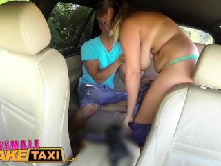 Prsnatá taxikárka si užije jazdu