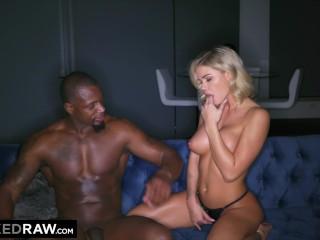 Sexy blondínku trápi černoch s veľkým penisom