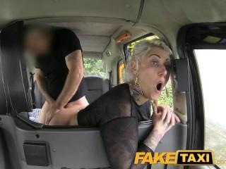 Milovníčka análneho sexu vo faketaxi