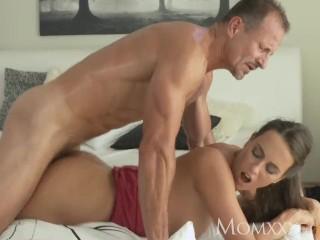Nadržaná milfka si užíva dobrý sex