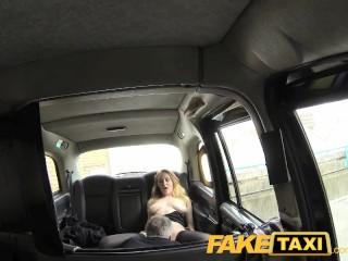 Prsnatá blondínka poteší nadržaného šoféra Fake Taxi
