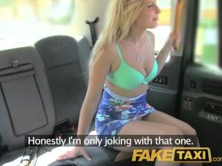 Taxikár vyšuká nadržanú blondínu