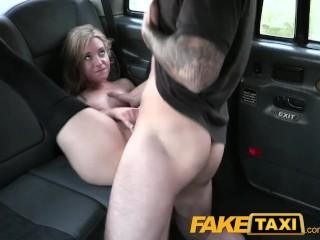 Sexy blondínka roztiahne nohy naděržanému šoférovi faketaxi