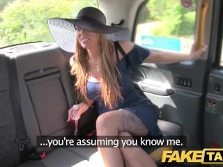 Potetovaná kráska si užije jazdu taxíkom