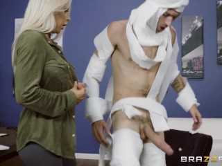 Sexy blondínka na kostýmovej párty neodolá múmií s veľkým penisom