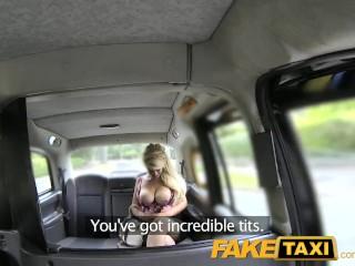 Szőke csöcsös csaj kefél hamis taxiba