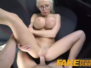 Prsnatá blondína zvedie inštruktora autoškoly