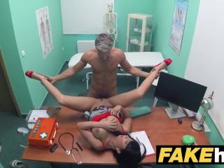 Lekár ošuká svoju pacientku na stole