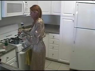 Sexy domáca žienka vydráždila mladého študenta