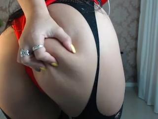 Extravagantná obdarená kočka dráždi penis pred webkamerou