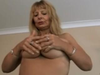 Femme mûre aux gros seins doigte sa chatte poilue