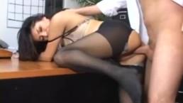 Sativa Rose la secrétaire en collants baisée sur le bureau de sa patronne