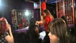 Sexy brunettes alcoolisées suce le strip-teaser