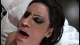 Giovane sexy tettona lesbica lecca la figa e si fa un dildo fino all'orgasmo