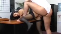 Stoute secretaresse in gescheurde panties neukt haar baas' lul