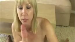 Blonde mama pijpt haar pleegzoons dikke pik