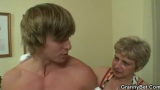Old housewife gets nailed by an young guy porno