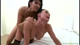 Dominante MILF Eva Karera met grote tieten neukt Kendra Lust met een strap-on