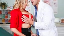 HETE grote tieten blonde Samantha Saint neukt haar dochter voor een checkup