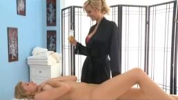 Massaggio lesbo di Molly Bennet e Brett Rossi