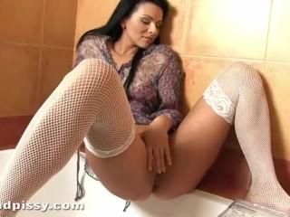 brunette milf squirting pee