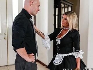 Servante blonde salope, Kristal Summers suce et baise comme personne