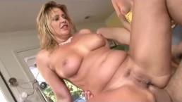 Hija mira como a su madre se la follan por el culo