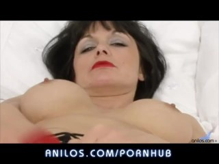 Amateur cougar dildos her juicy cunt