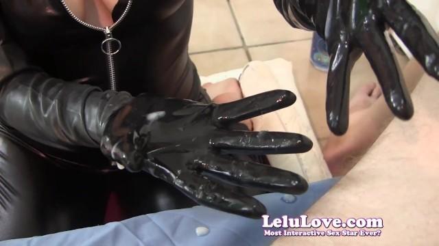 Порно дрочит в кожаных перчатках