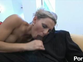 Fumar chica adolescente chupando polla antes del sexo