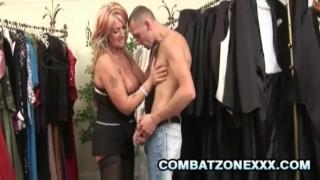 色情电影 - Combat Zone XXX 成熟贝贝乔安娜德普满足她的猫在的服装店