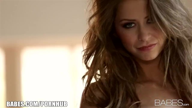 Сексуальная светловолосая красотка с огромной грудью ласкает себя онлайн 10