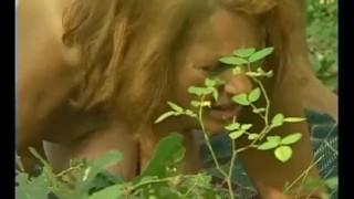 сисястая бабуля трахается с большим членом на природе