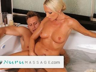 Blondínka Diana poskytuje Nuru masáž