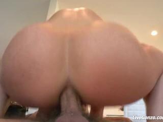 Live Gonzo - la menue Kristina Rose adore le sexe anal