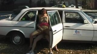 Porno sex - Babe Je V Prdeli Na Ulici Zatímco Kolem Projíždějí Auta