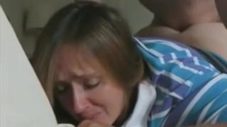 мама продолжает плакать на протяжении всей первой анальной попытки