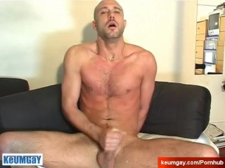 A real straight guy get wanked by a keumgay guy !