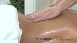 Massage Rooms - Calda MILF si gode delle  grosse dita oleose nel profondo della sua figa bagnata e succosa