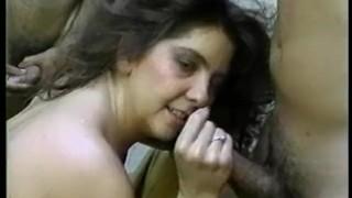 Busty Buffy prend chaud laiteux de bain avec de la mousse
