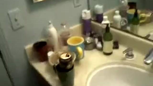 дрочит лежа в ванной - 4