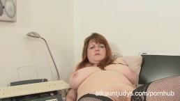 Luscious Lucy masturbates her MILF pussy
