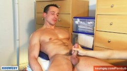 A straight soccer player get wanked his huge cock by a gay guy !