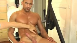Hansome latino serviced: Breno get massaged and get wanked in spite of him