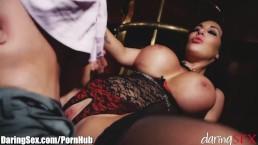 Daring Sex - une belle fille aux gros seins en lingerie fantasme de salon