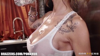 Sandee Westgate - Beat the Heat with a Wet T Shirt - Brazzers porno
