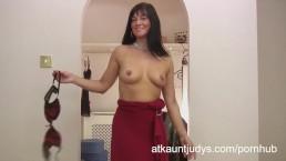 Amateur volwassen moedertje Lelani Tizze masturbeerd in een jurk