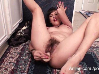 Asian ho rubs hairy vag