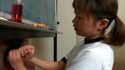 体操服娘が教室で男のおちんぽを両手で手コキ