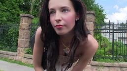 Stranded Teens - La jeune Elisabeth a besoin d'être racompagnée